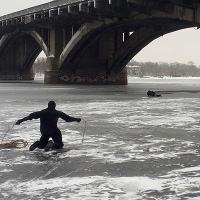 В Киеве мужчина упал с моста в Днепр