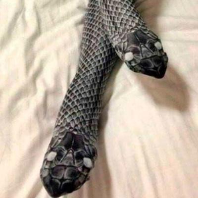 Жена хотела соблазнить мужа чулками-змеями и оказалась в больнице