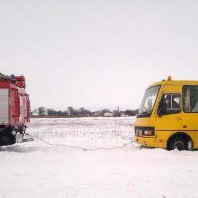 Под Киевом из снежных сугробов спасатели вытянули школьный автобус
