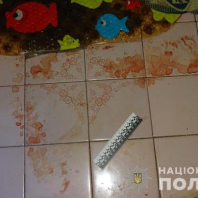 В Киеве мужчина до смерти избил женщину и оставил в подъезде