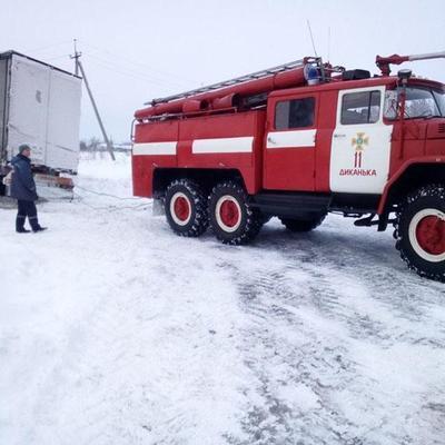 В Полтавской области из снежных заносов вытащили более сотни автомобилей