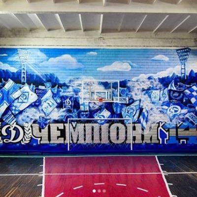 Фанаты Динамо нарисовали на стене школьного спортзала граффити в клубных цветах