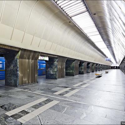 В киевском метро парень лег на рельсы перед поездом (видео)