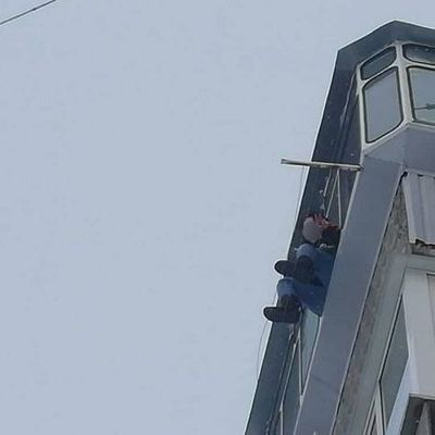 Под Киевом девушка сбежала из психбольницы и уселась на подоконник 5-го этажа