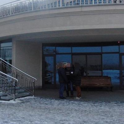 В столице грабители приковали прохожего наручниками к перилам лестницы