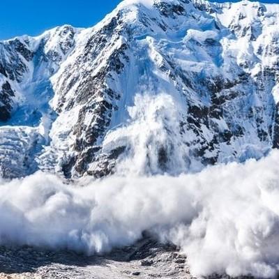 Туристов накрыла снежная лавина в Карпатах, есть погибший