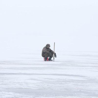 В Киеве на Днепре под лед провалился и утонул рыбак