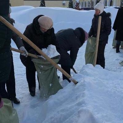 В России учителей выгнали на мороз собирать снег в мешки (фото)