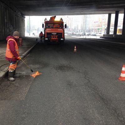 Коммунальщики продолжают ликвидацию опасных разрушений дорожного покрытия во всех районах Киева (фото)