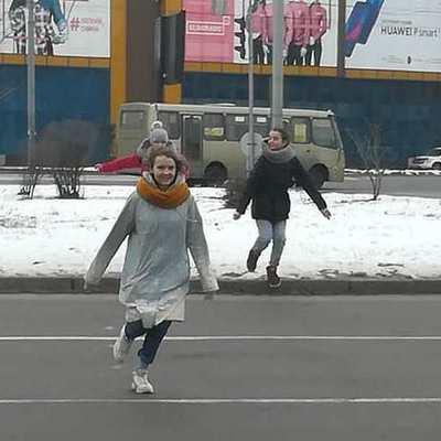 Киевские школьницы ради забавы перебегают оживленную трассу