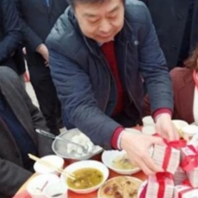 Китайский мультимиллионер завалил родную деревню деньгами и подарками