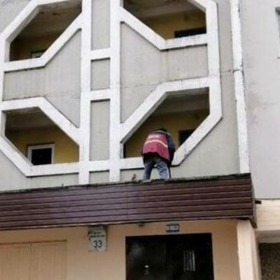 Жители Троещины превратили козырек подъезда в гигантскую пепельницу