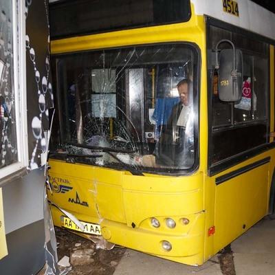 В Киеве водителю стало плохо, автобус врезался в МАФы