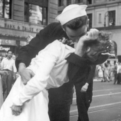 Умер герой легендарного снимка со дня окончания Второй мировой войны