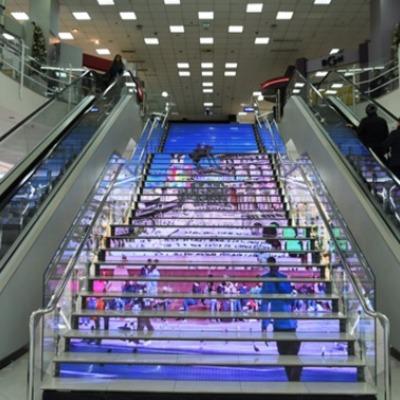 В ТЦ Киева на LED-ступенях появилась свастика (видео)