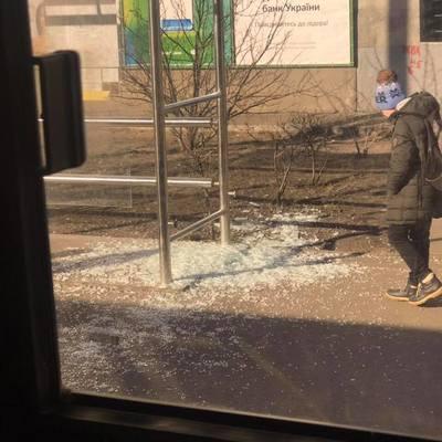 Хулиганы разбили стеклянную остановку в Киеве