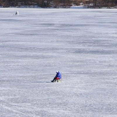 В Киеве прохожие спасли двух мальчиков, которые провалились под лед