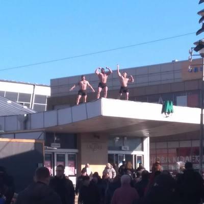 В Киеве женщин с 8 Марта поздравили оголенные мужчины