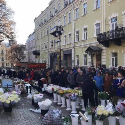 Накануне 8 Марта в Киеве образовались огромные очереди за цветами