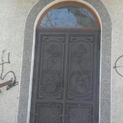 Житель Прикарпатья разрисовал церковь свастикой