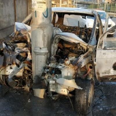 В киеве Renault врезался на скорости в электроопору и полностью сгорел