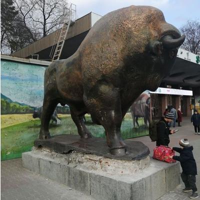 В Киеве возле зоопарка украли кусок статуи бизона