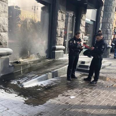 В Киеве горит второй магазин Roshen за сутки