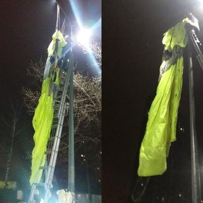 В Киеве мужчина прыгнул с многоэтажки с парашютом и повис на столбе
