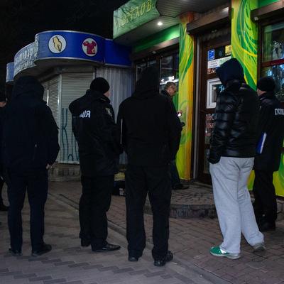 В Киеве в цветочном киоске повесился продавец
