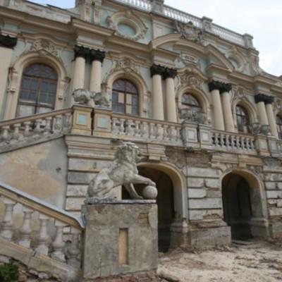Киевлян возмутили новые скульптуры у стен Мариинского дворца