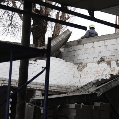 В Киеве на людей упали бетонные плиты: женщина погибла по дороге в больницу