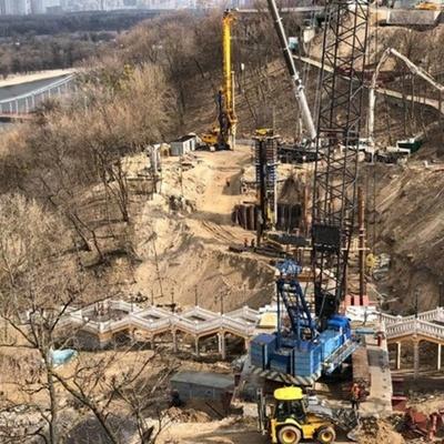 Как идет строительство пешеходного моста на Владимирской горке (фото)
