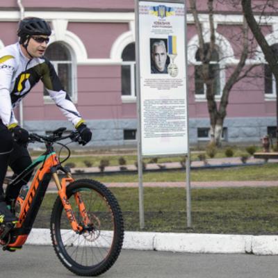 Выборы Президента: Кличко приехал голосовать на велосипеде (фото, видео)