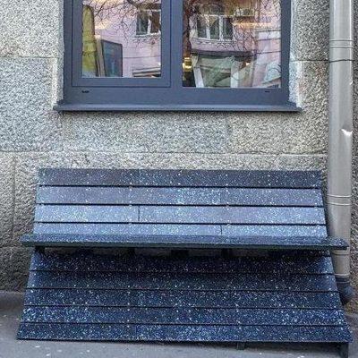 В Киеве установили лавочку, сделанную из пластиковых крышек