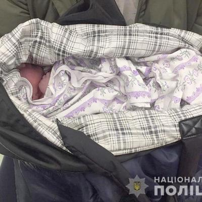 В Киеве мужчина нашел на улице сумку с младенцем