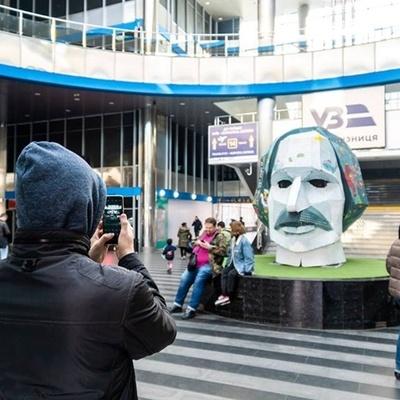 На Южном вокзале появилась огромная голова Гоголя