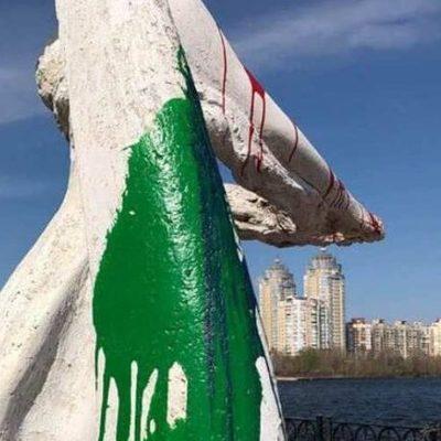 На Оболонской набережной вандалы облили скульптуры краской