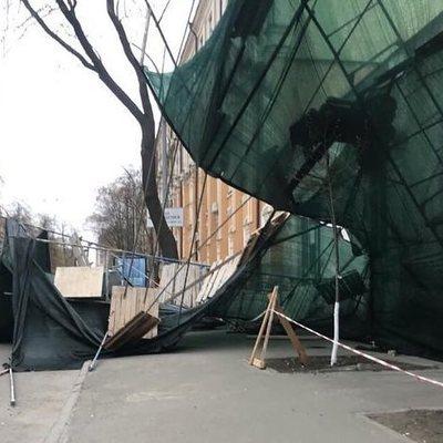 В Киеве возле метро Арсенальная на припаркованный автомобиль рухнули строительные леса