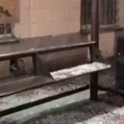 В центре столицы вандалы разбили остановку общественного транспорта (видео)