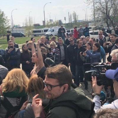 Зеленского на участке встретила активистка Femen