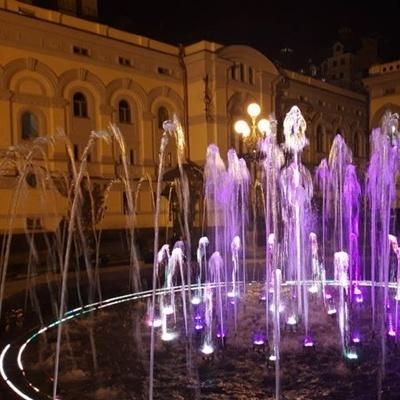 Возле Национальной оперы заработал свето-музыкальный фонтан