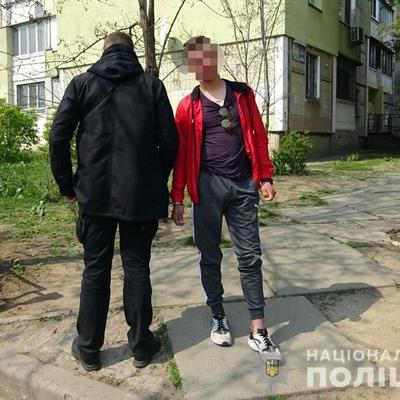 В Киеве 20-летний парень на глазах у полиции делал закладки