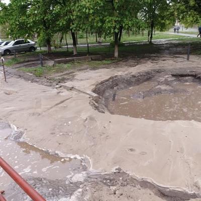 В Киеве из-за прорыва трубы в яму попали два автомобиля