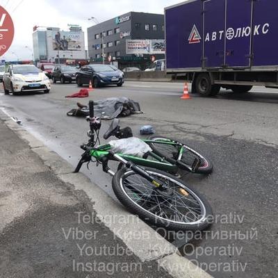 Возле станции метро «Почайна» грузовик насмерть сбил велосипедиста
