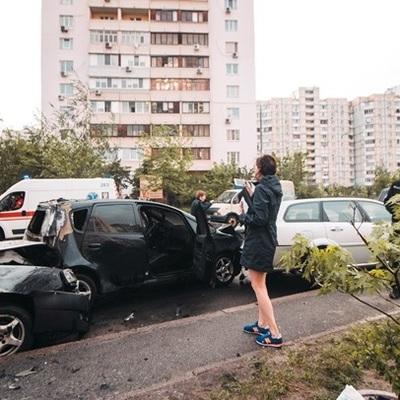 В Киеве авто врезалось в припаркованные машины и загорелось
