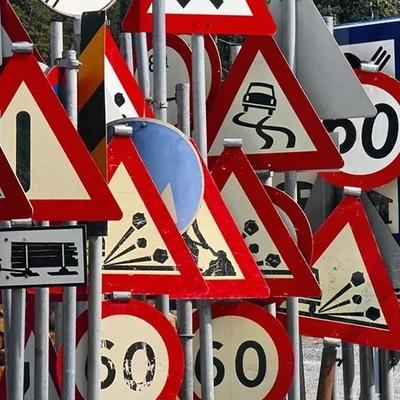 Как устанавливают дорожные знаки в Одессе: видео покорило интернет