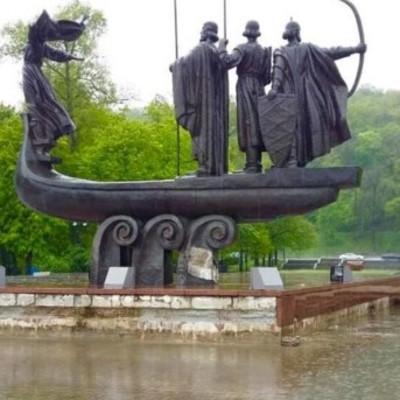 В Киеве разрушается памятник основателям города