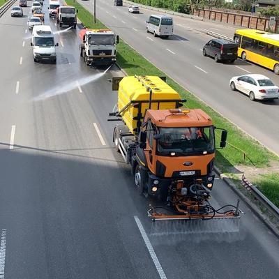 В столице начали применять моющие средства для мытья дорог