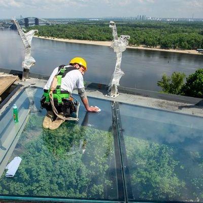 Кличко пообещал попрыгать на стеклянном полу туристического моста