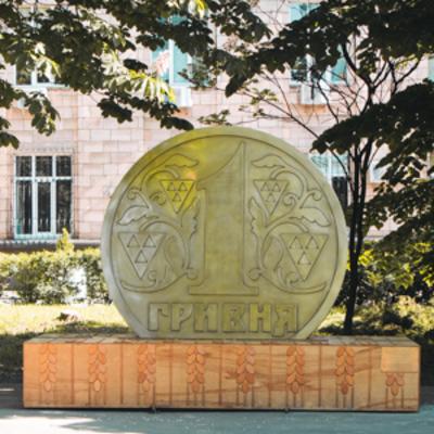 В Киеве появился памятник всемогущей гривне: как выглядит новый арт-объект